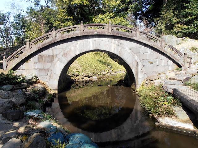 Puente de la Luna en los jardines Koishikawa Korakuen de Tokio
