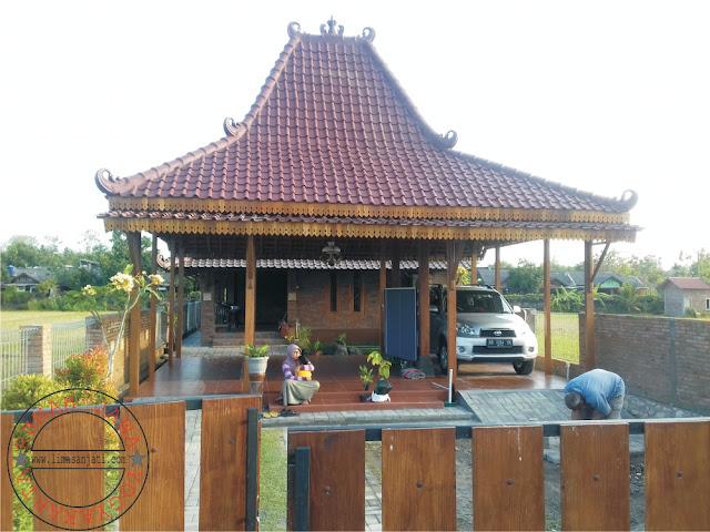 http://gambarrumahlimasan.blogspot.com/2017/06/rumah-joglo-soko-15-cm-kayu-nangka.html