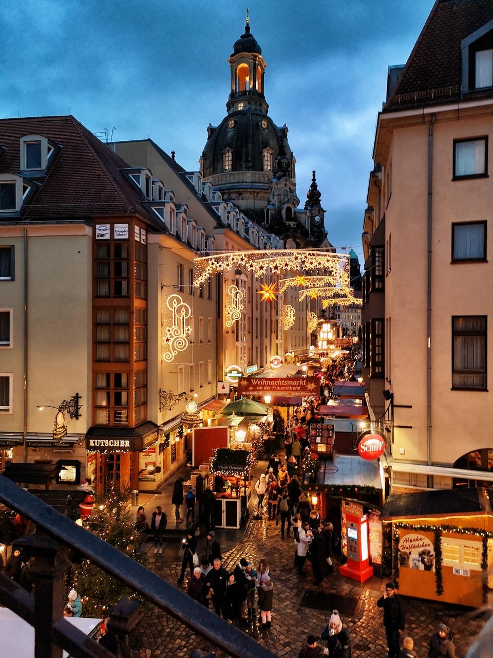 Kościół Marii Panny w Dreźnie i jarmark bożonarodzeniowy na jego tle. Taki widok zastaliśmy po wejściu na Tarasy Bruhla.