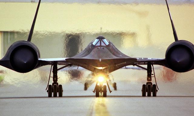 """Lockheed SR-71 """"Blackbird"""" NASA tesislerinde taksi yapıyor."""
