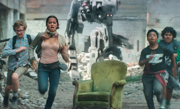 Izabella (Isabela Moner) and the boys running for cover in TRANSFORMERS: THE LAST KNIGHT (2017)