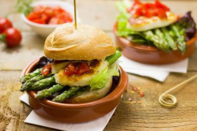 Burger mit grünem Spargel und Halloumi