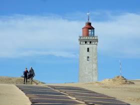 Eine Welt aus Sand: Der Leuchtturm von Rubjerg Knude. Eine beeindruckende Wanderdüne begräbt den Leuchtturm unter sich und versandet ihn.