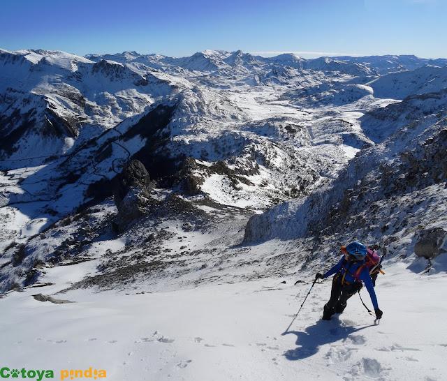 Invernal por la cresta de Peña Penouta desde El Puerto en Somiedo