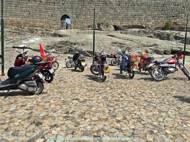 Desfilar de motos antigas junto ao Castelo de Linhares da Beira
