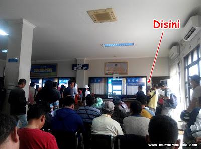Antrian Pembayar Pajak di Kantor Samsat Ciputat