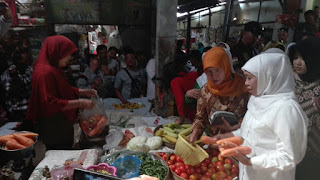 Di Pasar Maospati, Khofifah Ingin Kembangkan Hasil Bumi Magetan Masuk Pasar Modern