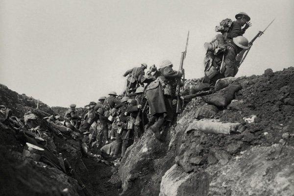 Στρατιώτες στον Α΄ Π.Π. ετοιμάζονται να επιτεθούν.