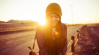 4 عبارات لا تقولها خلال لقاءك مع حبيبتك فتاة بنت غروب شروق الشمس تمسك هاتف محمول حب عشق sunset dawn dusk happy love romance  girl woman carry self phone mobile