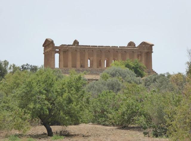 il tempio della concordia visto dal sentiero che porta al quartiere ellenistico romano