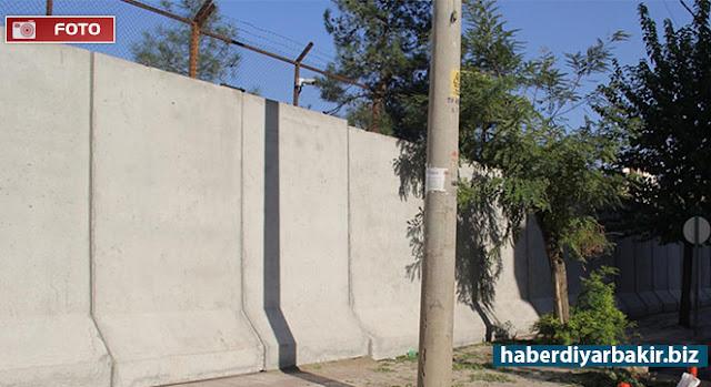 DİYARBAKIR-Geçtiğimiz Cuma günü Diyarbakır'ın Bağlar ilçesinde PKK tarafından düzenlenen bombalı saldırının ardından, kullanılamaz hâle gelen emniyet müdürlüğü ek binasının yıkım işlemleri sürerken etrafına beton blokların yerleştirildiği görüldü.