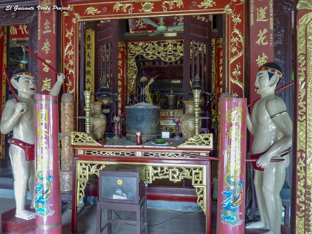 Altar con ofrendas Templo Đền Lý Bát Đế - Vietnam por El Guisante Verde Project