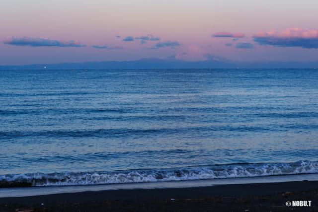 朝陽に染まる空と富士山~北条海岸(館山市)