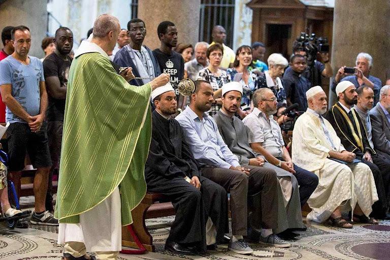 Sacerdote catolico incensa islâmicos na igreja de Santa Maria in Trastevere, Roma