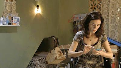 Leila (Arieta Corrêa) fica frustrada ao ver Magno e Betina juntos. Como vingança, ela decide denunciar o ex-marido à polícia — Foto: Globo
