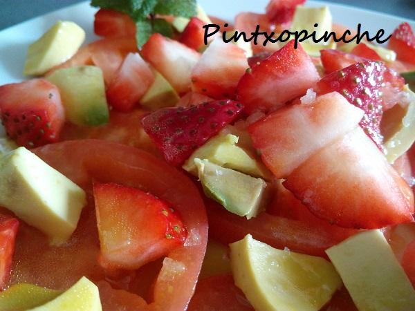 ensalada de fresas,tomates, aguacates, mostaza, agave