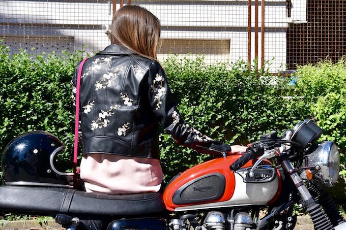 Giacca di pelle con ricami floreali, un capospalla glamour e trendy