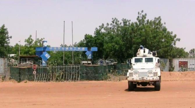 A military tuck of the United Nations (UN) peacekeepers soldiers is parked in front of Chinese United Nations peacekeeping forces camp on June 1, 2016. By STR (AFP/File)  Bamako (AFP) - A United Nations peacekeeper was killed and four others were injured (Today) Sunday when their vehicle struck (blasted)explosed in northeast Mali, the UN said.