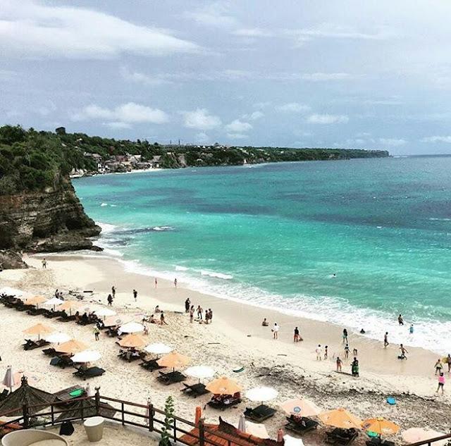 foto pemandangan pantai dreamland bali dari atas tebing