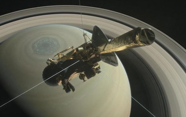 Cassini на фоні Сатурна