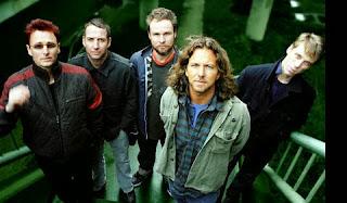 Chi meglio di un leader karismatico come Eddie Vedder ci può raccontare  qualche cosuccia sui suoi Pearl Jam e sulle sue canzoni 9ff3ace878a9