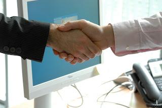 Dar la mano en el trabajo
