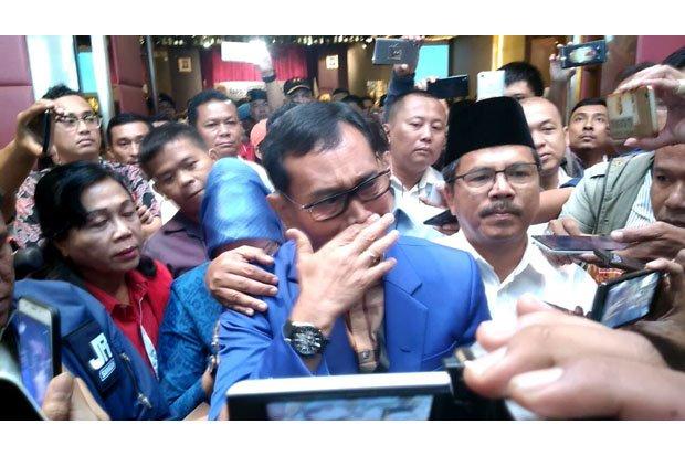 Balon Gubsu JR Saragih menangis saat memberikan keterangan pers.