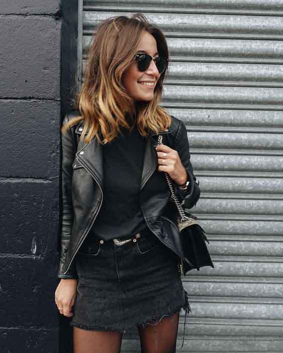 Saia jeans preta e jaqueta de couro