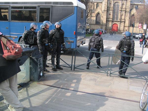 """Les CRS près de la Place Saint-Germain pendant les manifs contre le """"CPE"""" - Mars 2006 - Photo Erwan Corre"""