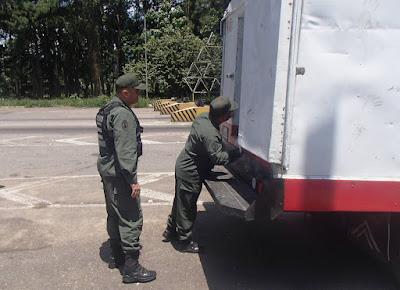 Efectivos de la Guardia Nacional Bolivariana incautaron 121 kilos de marihuana y cocaína que eran movilizados en un camión de transporte de pescado. El procedimiento se llevó a cabo en la Troncal 5 o carretera que comunica al Táchira con Barinas, a la altura del peaje La Restauradora, reseña El Nacional.  Por ELEONORA DELGADO / SAN CRISTÓBAL | ELDELGADO@EL-NACIONAL.COM  De acuerdo con la información suministrada, el conductor del camión, un hombre de 27 años, fue detenido. El automotor tenía como destino el centro del país. Al ser revisado por los uniformados, observaron la habilitación de un doble fondo en el techo del camión, sitio en el que estaba oculto el alijo con 110 panelas de marihuana y 46 de cocaína.  También se conoció que fueron incautados 24.000 litros de combustible en la localidad de Guarumito, municipio Ayacucho, al norte del Táchira, en los límites con Colombia.  Limones y camiones  Funcionarios de la Policía Nacional de Colombia incautaron 14 camiones que eran utilizados para el contrabando de combustible venezolano.  El procedimiento fue realizado en las localidades de Pamplona, distante a unos 23 kilómetros en línea recta de Venezuela,  y en Ocaña, a unos 80 kilómetros de la línea limítrofe con nuestro país. También fueron arrestadas 14 personas que son procesadas judicialmente por favorecimiento del contrabando.  En otro procedimiento, llevado a cabo por agentes policiales colombianos en la misma localidad de Ocaña, fueron incautados 7.500 kilos de limón venezolano de tipo exportación. Tanto el cargamento como el vehículo fueron puestos a órdenes de la Dirección de Impuestos y Aduanas Nacionales de Colombia.  El precio del producto está fijado en Cúcuta en 3.698 pesos por kilo, equivalente a 21.750 bolívares aproximadamente. Entretanto, en San Cristóbal el kilo de limón ronda a la fecha 5.333 bolívares.