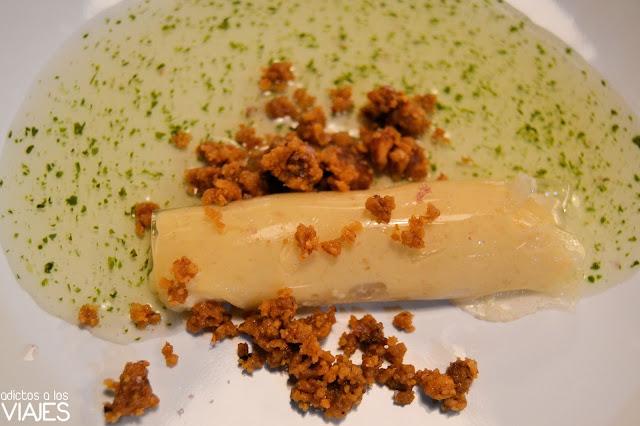 Canelón de Albillo Criollo relleno de crema de almendra y sopa hortelana
