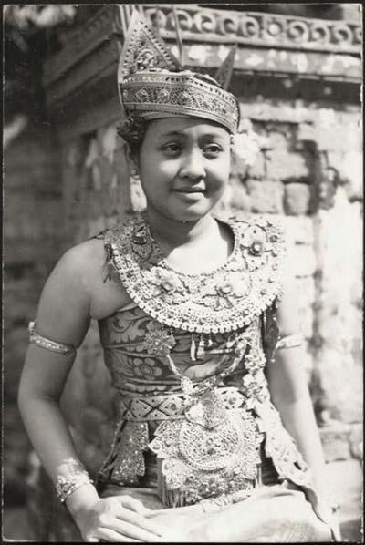 Gadis penari Legong, Bali 1920 | Sumber: Tipsiana