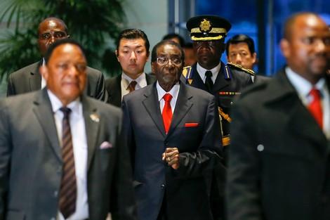 نهاية حكم موغابي في زيمبابوي .. دروس سياسية لجنوب إفريقيا