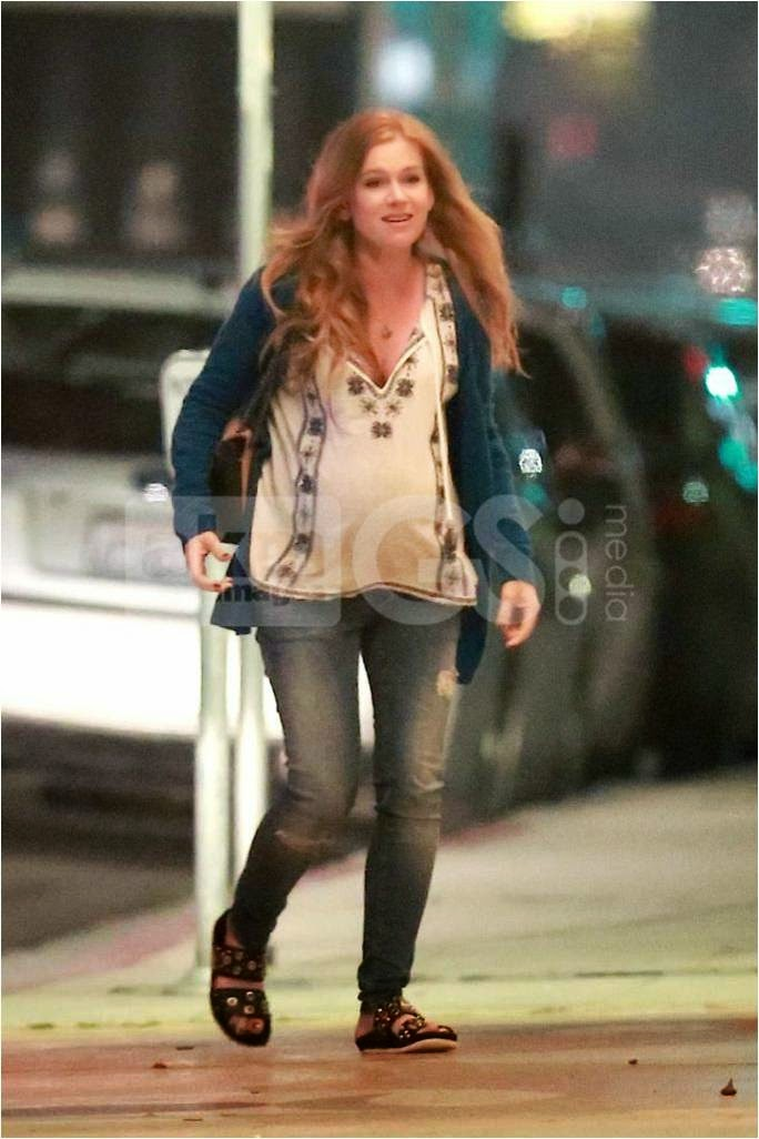 Isla Fisher in Skinny Maternity Jeans