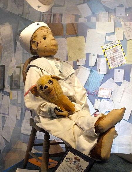 boneka berhantu yang berisi kutukan terhadap orang yang memilikinya