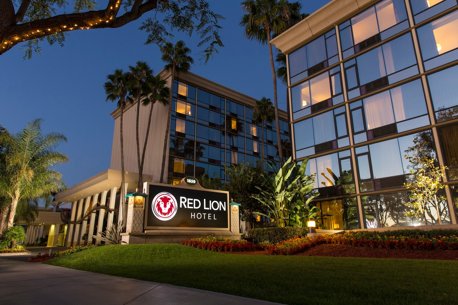 review red lion hotel in anaheim the happiest blog on earth. Black Bedroom Furniture Sets. Home Design Ideas