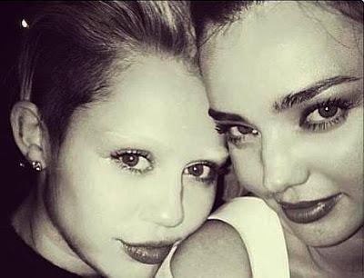 Foto de Miley Cyrus con su amiga