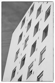 Panelház ablakrengetege Szegeden fekete fehérben