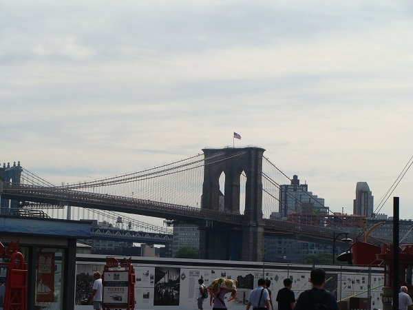 Blick auf die Brooklyn Bridge von New York City!