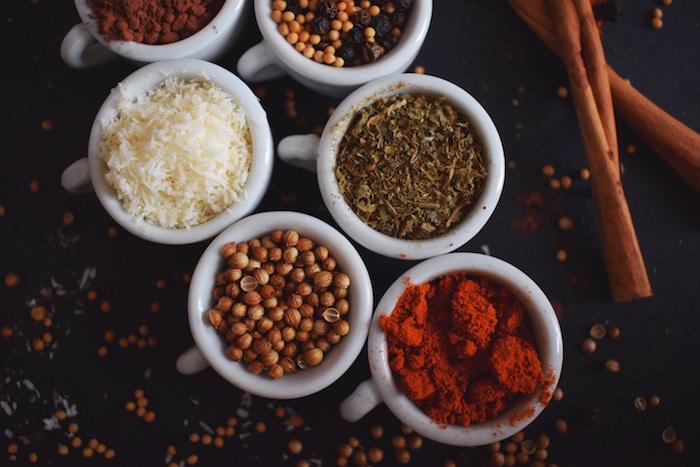 10 alimentos que no caducan y nunca deben faltar en tu despensa: legumbres, arroz, especias.
