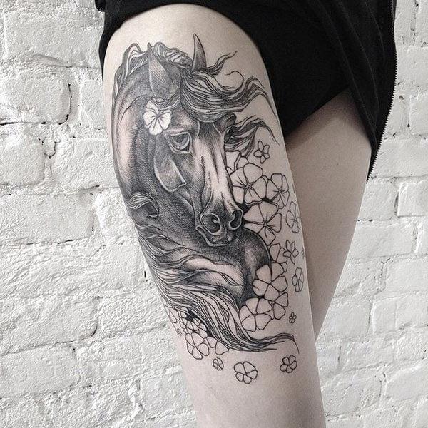 bacakta çiçekli at dövmesi