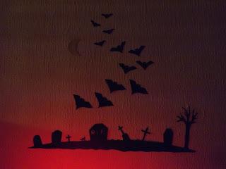 Halloween-i dekoráció piros világításban
