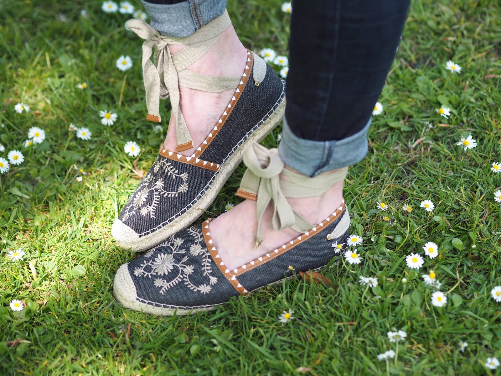 What-Lizzy-Loves-white-daisy-embroidered-linen-top-skinny-jeans-flower-embroidered-tie-espadrilles