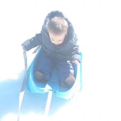 niño en trineo