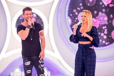 Ávine Vinny e a apresentadora (Crédito: Gabriel Cardoso/SBT)