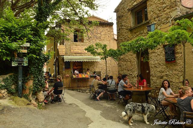 Place dans le village de Moustiers-Sainte-Marie