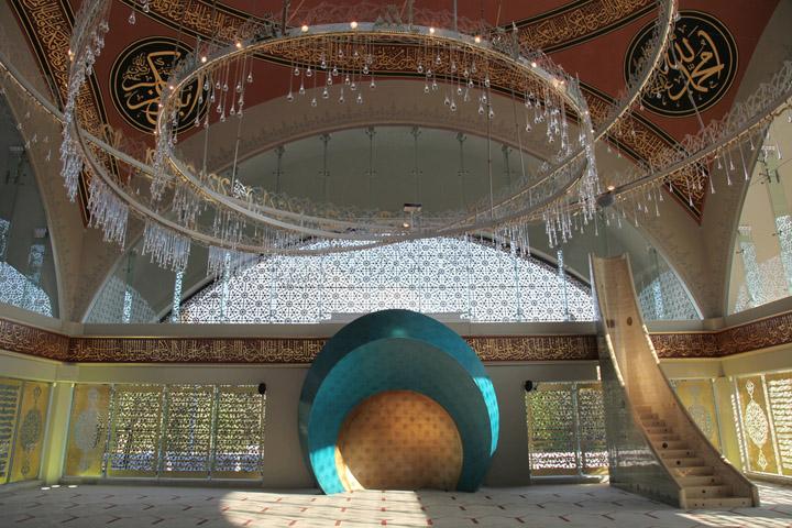 istanbuldaki camilerin içlerini gösteren resimler