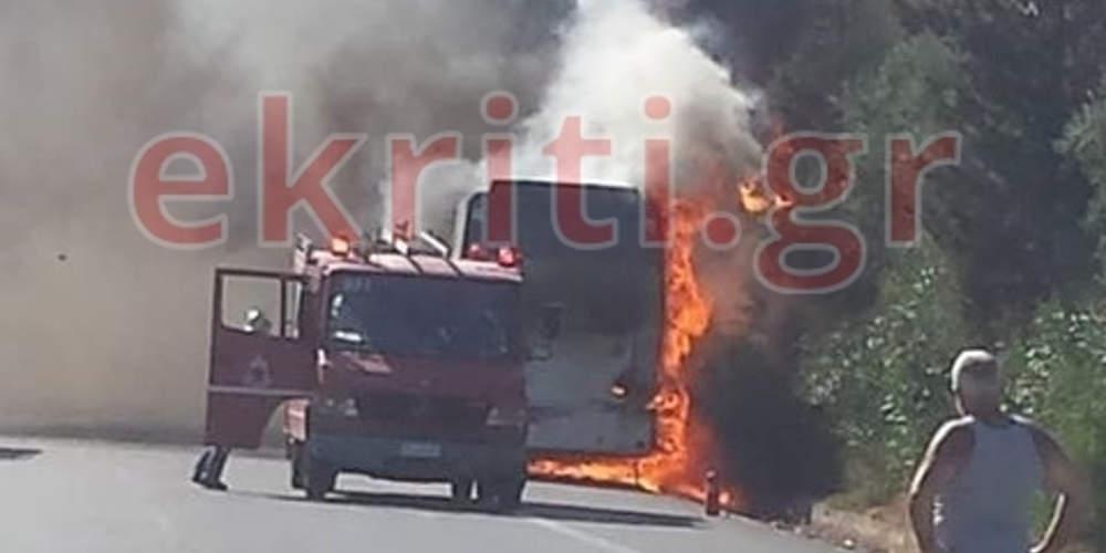 Πανικός στην Κρήτη: Λεωφορείο γεμάτο τουρίστες τυλίχθηκε στις φλόγες (βίντεο)