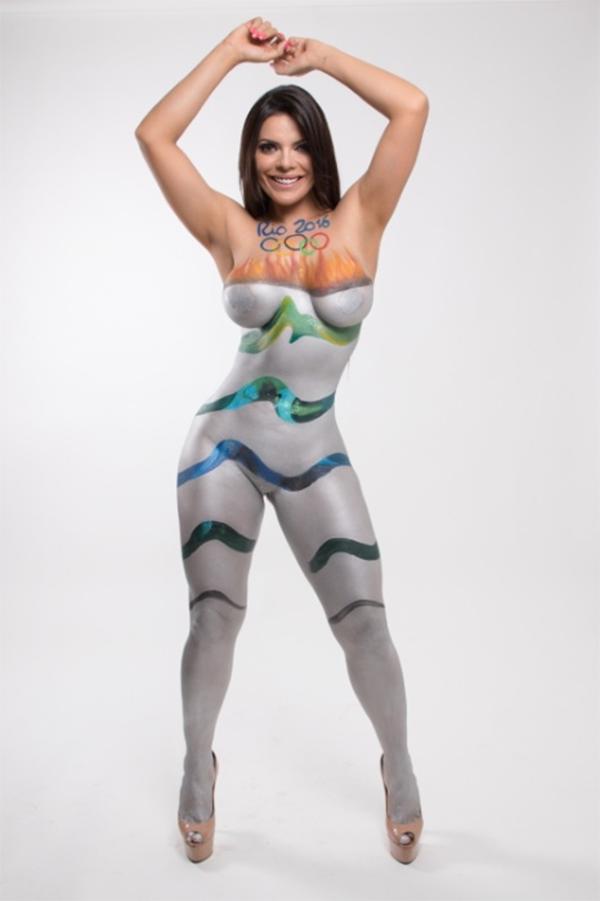 Miss Bumbum faz pintura corporal imitando a tocha olímpica