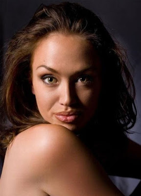8 Kembaran Angelina Jolie Ini Cantiknya Bikin Melongo
